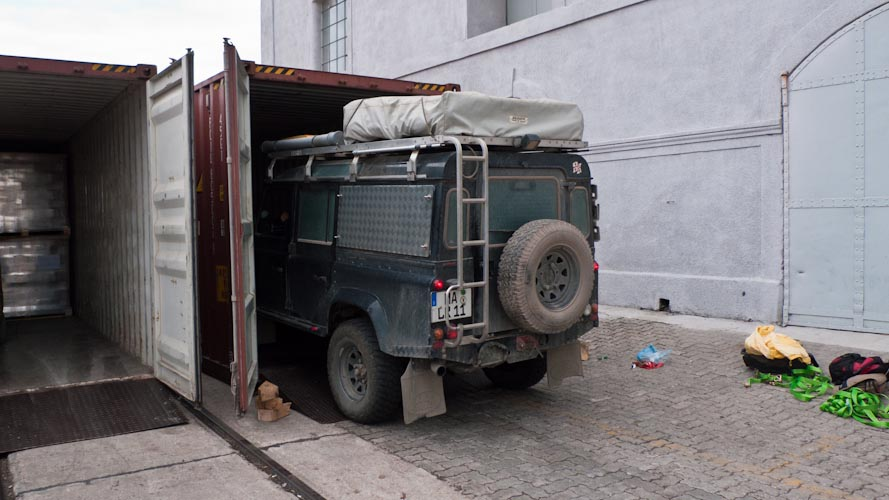 Uruguay: Montevideo - ... second car is nearly loaded ...